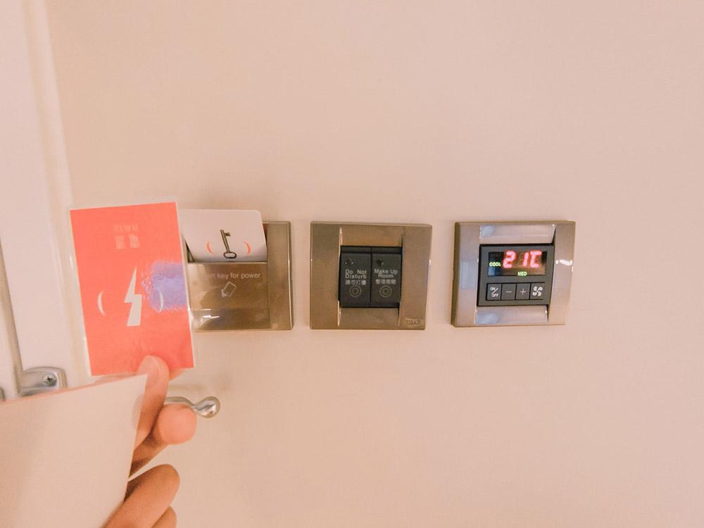 房卡感應房間內總電源。