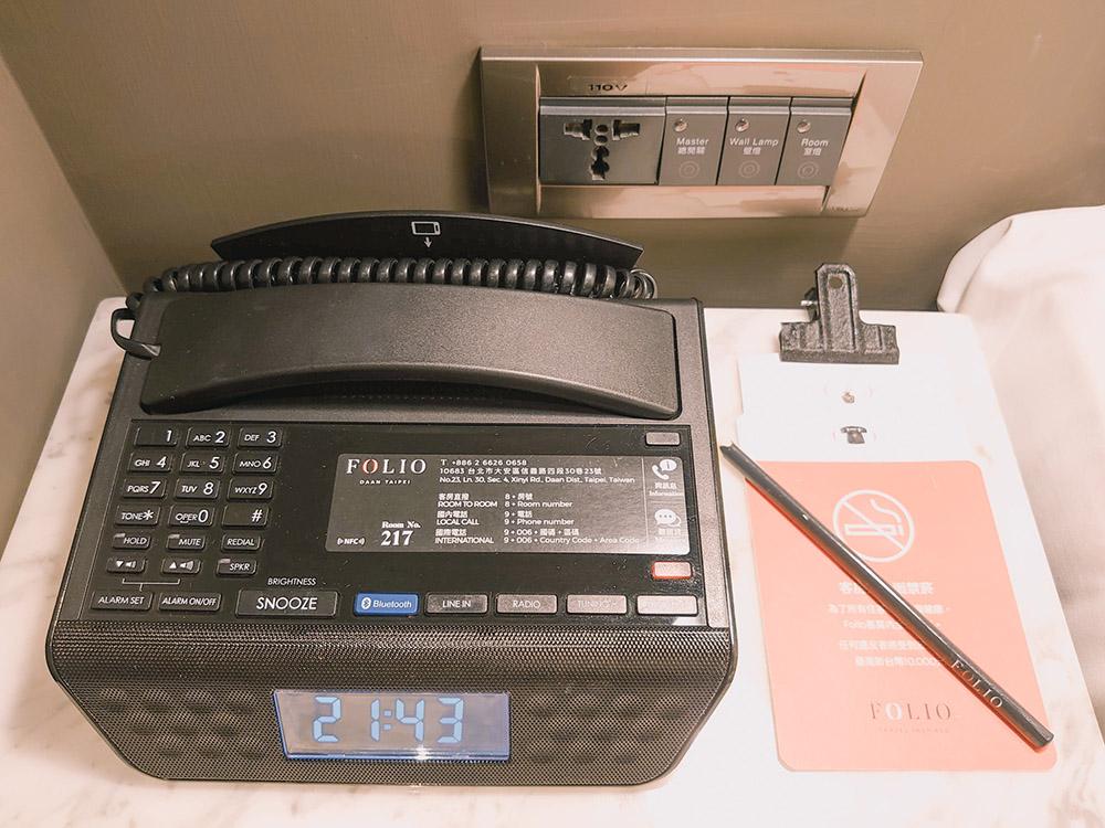 備有時間顯示的多功能電話。